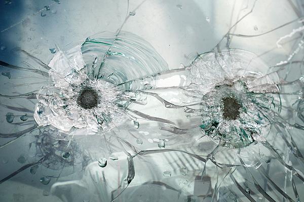 Einschusslöcher Glas